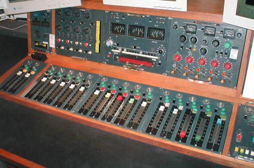 Mark_III_radio_desk (Wiki-Commons)